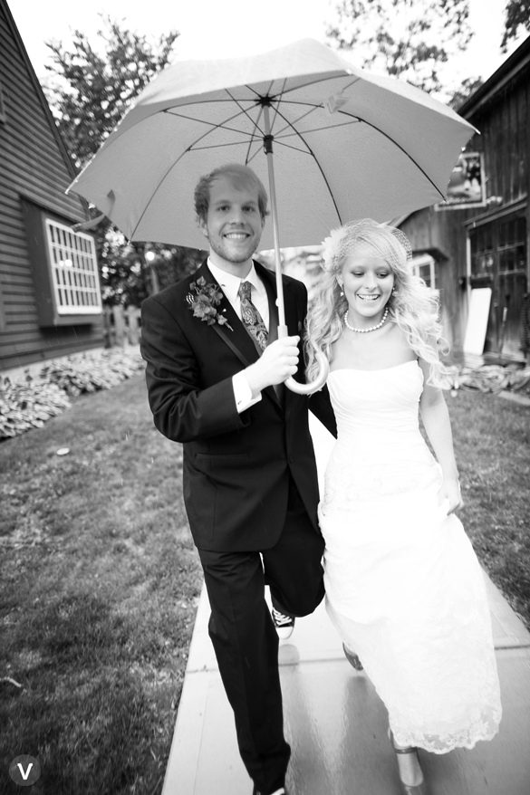 wedding photos valo photography rain umbrella