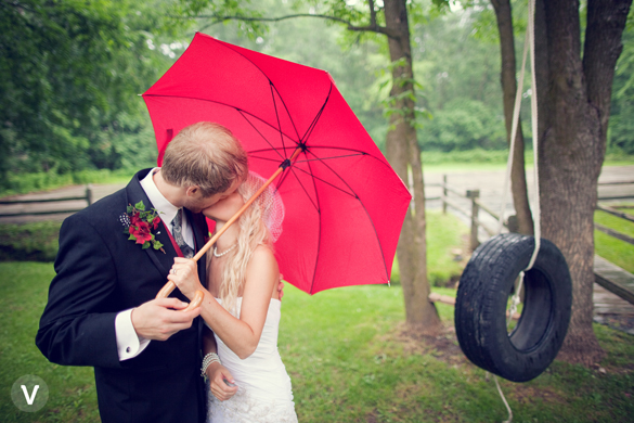 wedding photos valo photography rain umbrella tire swing