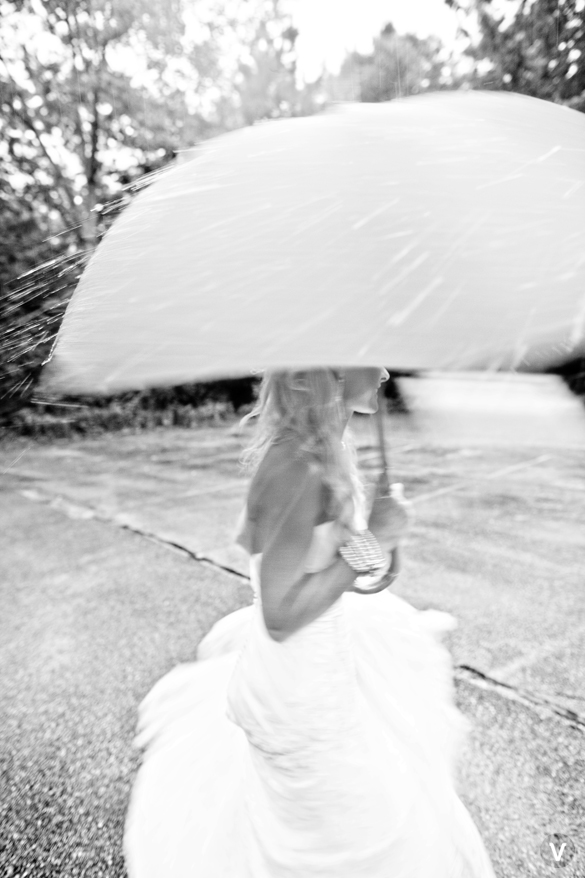 wedding photos valo photography twirling in the rain